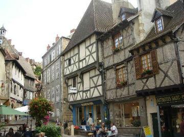 la magnifique ville de montluçon superbe aussi le coté de la vieille ville montluçon façon médiévale a visiter une region magnifique montluçon est situé au centre de la fance a 40 km de notre gite