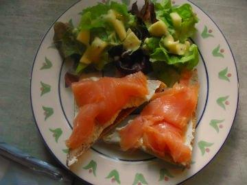 table d hôte chez christy a voussac du saumon , salade du potager
